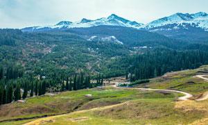 雪山下的山林航拍圖美景攝影圖片