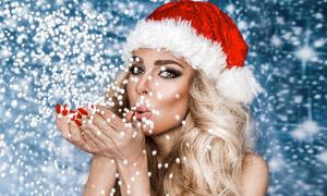吹出泡沫颗粒的圣诞装美女高清图片