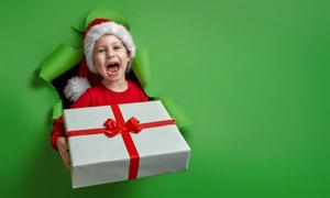 双手拿着礼物盒的儿童摄影高清图片