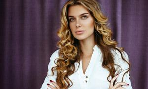 紫色幕布前的金发美女摄影高清图片