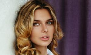 背靠墙的金发美女模特摄影高清图片