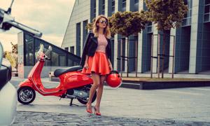 在二輪車旁的美女人物攝影高清圖片