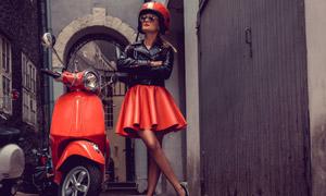 夾克短裙打扮機車美女攝影高清圖片