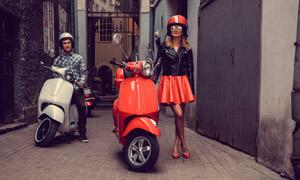 戴頭盔準備騎車出發的美女高清圖片