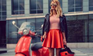 夾克短裙墨鏡打扮美女攝影高清圖片