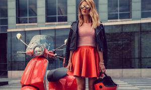 電動車與墨鏡美女人物攝影高清圖片