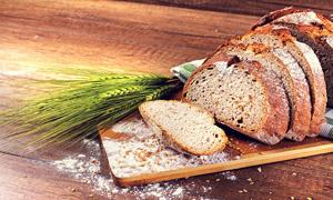 青麦穗与砧板上的面包摄影高清图片