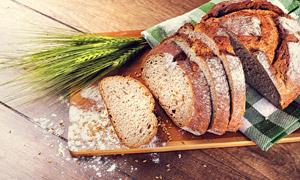 桌上的青麦穗与面包片摄影高清图片