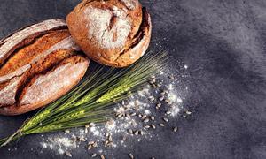 麦穗与开裂的面包特写摄影高清图片