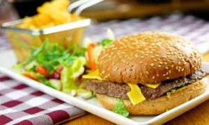 在桌面托盘上的汉堡包特写摄影高清图片