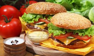 汉堡包与番茄调味品等摄影高清图片