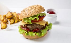 添加了番茄酱的汉堡包摄影高清图片