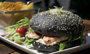 蔬菜沙拉搭配的汉堡包摄影高清图片