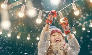圣誕節擰緊燈泡的兒童攝影高清圖片