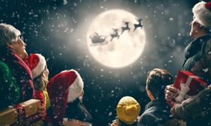 在凝望明月的圣诞装一家人高清图片