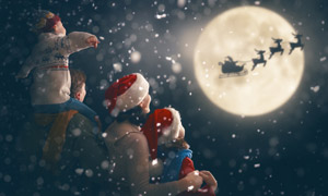 共同见证圣诞老人的一家人高清图片