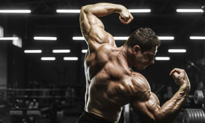 在展示肌肉的健美人物摄影高清图片