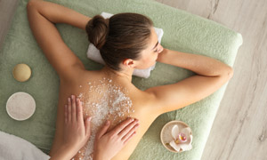 趴著做浴鹽按摩的美女攝影高清圖片