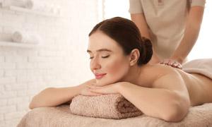 在背部護理的美女人物攝影高清圖片