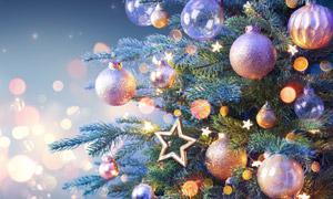 圣誕球與五角星掛飾等物品高清圖片