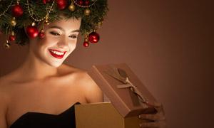 打開禮物盒的圣誕美女攝影高清圖片