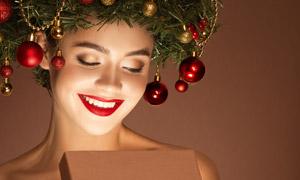 打開心儀禮物盒的圣誕美女高清圖片