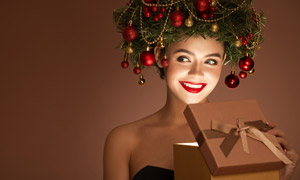 手拿礼物盒的圣诞美女摄影高清图片