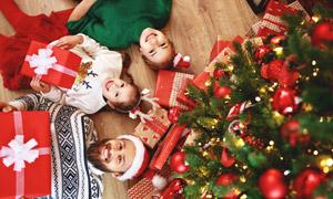 圣誕樹與躺著的小朋友攝影高清圖片