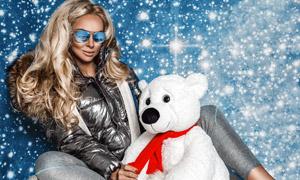 白色玩具熊與冬裝美女攝影高清圖片