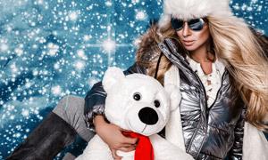 抱著玩具熊的長發冬裝美女高清圖片