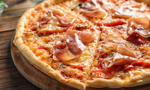 看起来食欲大增的披萨特写高清图片