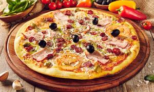 蔬菜與烤好的披薩特寫攝影高清圖片