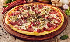 臘腸配腌黃瓜的披薩餅攝影高清圖片
