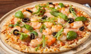 蝦仁點綴的披薩餅特寫攝影高清圖片