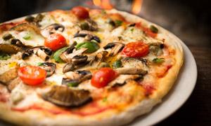 盤子里的美味披薩特寫攝影高清圖片