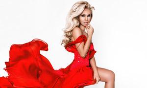 披肩金發紅裙裝扮美女攝影高清圖片