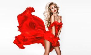 被风吹起来的红裙美女摄影高清图片
