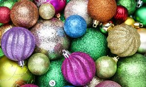 缤纷多彩的圣诞球特写摄影高清图片
