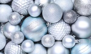 银色反光圣诞节装饰球特写摄影图片