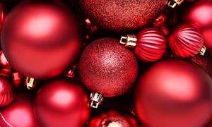 大小不一的红色圣诞球摄影高清图片
