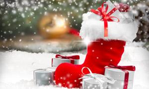 雪地上的礼物盒与圣诞袜等高清图片