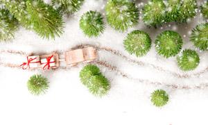 树木积雪与圣诞礼物盒创意高清图片