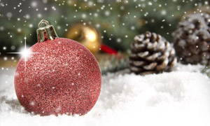 雪地上的圣诞球与松果摄影高清图片