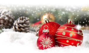 积雪上的红色圣诞节装饰球高清图片