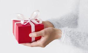 手中红色的礼物盒特写摄影高清图片