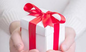 双手奉上的礼物盒特写摄影高清图片