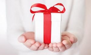 红色丝带包起来的礼物特写高清图片