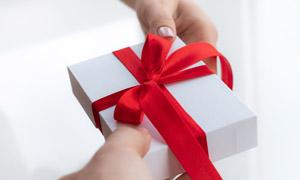 手中的精致礼物盒特写摄影高清图片