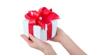 在手中的红丝带礼物盒摄影高清图片