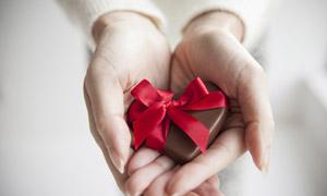 丝带包裹起来的巧克力摄影高清图片